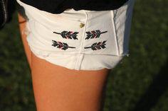Street style: Coachella. Detalle de los shorts en denim blanco con bordados de Zara.