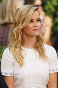 26 Gorgeous Ways to Get Your Best Blonde: REESE WITHERSPOON: When it comes to her hair, Reese always knows how to play it simple 'n sweet. Without even really trying, her platinum highlights brilliantly bring out her soft blue eyes. Cool Blonde Hair, Blonde Hair Blue Eyes, Wavy Hair, Girl Faces, Fall Hair Colors, Blonde Balayage, Blonde Ombre, Ash Blonde, Platinum Blonde
