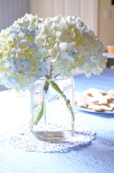 fleurs-comme-décoration-de-baptême Decoration Table, Glass Vase, Ludo, Html, Couture, Medium, Home Decor, Ideas, First Communion Party