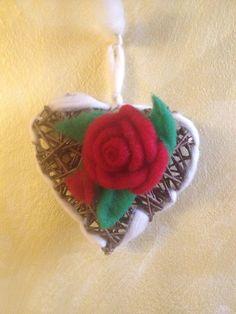 Cuore in legno con rose rosse in lana cardata di CreazioniMonica