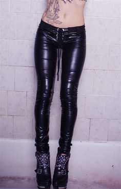 Aint nothin better than leather pants. Toxic Vision, Grunge Style, Goth Style, Dark Fashion, Leather Fashion, Gothic Fashion, Leather And Lace, Leather Pants, Patent Leather