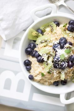 oatmeal porridge with blueberries & kiwi