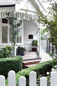 A modern Scandi-style renovation transformed this Edwardian home - Home Exterior - Interior Exterior, Exterior Colors, Exterior Paint, Exterior Design, Interior Modern, Weatherboard House, Queenslander, Edwardian Haus, White Cottage
