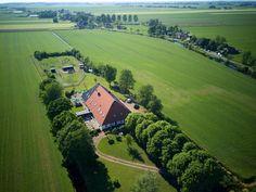 Vakantiewoning voor 12 personen in Friesland, met 5 slaapkamers en 5 badkamers.
