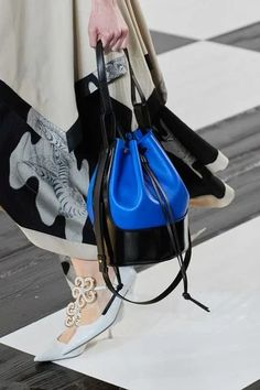 Loewe Fall 2020 Ready-to-Wear Fashion Show - Vogue Fashion Week, Fashion Bags, Fashion Show, Fashion Accessories, Paris Fashion, Vogue Paris, Edgy Shoes, Shoes Style, Best Tote Bags