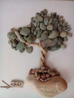 Nizar Ali Badr est un sculpteur syrien qui réalise des arrangements de cailloux en petite scénette.