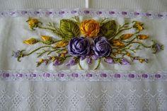 O artesanato bordado com fita de cetim é lindo e pode estar empregado em várias peças, como toalha de banho, pano de prato, caminhos para mesas e pecinhas delicadas e pessoais, como nécessaire. Há várias maneiras de fazer bordado de fita de cetim, com você podendo fazer flores e folhas de fita de cetim avulsas …