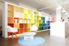 Espacio de recepción lleno de color