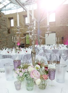 Tischdekoration für Hochzeit mit edlen Silberleuchtern und kleinen Gefäßen und Vasen mit Blumen in Rosa, creme und zartem Flieder. Jagdschloss Platte Wiesbaden                                                                                                                                                                                 Mehr