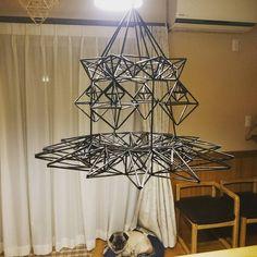 «迷走し始め激しく後悔してます(>︿<。) #途中経過#迷走中 #ヒンメリ#パグ» 3d Shapes, Geometric Shapes, 3d Paper Art, Wrought Iron Decor, Handmade Ornaments, Diy And Crafts, Chandelier, Ceiling Lights, Straws