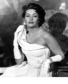 Yvonne De Carlo was a Canadian American actress, singer, and dancer whose career in film, television, and musical theatre spanned six decades. Yvonne De Carlo, Yvonne Craig, Golden Age Of Hollywood, Vintage Hollywood, Hollywood Glamour, Classic Hollywood, Hollywood Style, Lily Munster, Divas