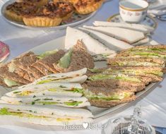 Serveer de sandwiches direct of wikkel ze goed in vershoudfolie en Christmas Buffet, Christmas Brunch, High Tea Sandwiches, Cake Recept, Salsa, Brunch Buffet, Lunch Room, Pizza, Naan