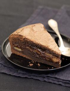 Demande à une grande personne de préchauffer le four Th. 4 (160°C). Dans une casserole, sur feu très doux, fais fondre le chocolat avec le beurre avec une grande personne. Mélange. Ajoute un à un les œufs, le sucre et la farine en mélangeant à chaque fois. Beurre et farine ton moule et verse la moitié de la préparation. Pèle les bananes, coupe-les en rondelles, et dispose-les dans le moule. Verse le reste de la préparation et fais cuire ton gâteau environ 30 minutes. Laisse refroidir avant…