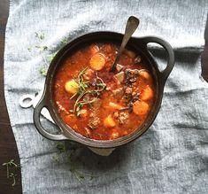 Mummolan sunnuntaipata kokosi ison joukon pöytään yhteisen padan ääreen. Niin tämäkin.Pata lainaa burgundinpadalta punaviinin ja pekonin, syksyltä suppikset ja juurekset. Sisäinen lämmitys (ja ruokkimisihme) on taattu!