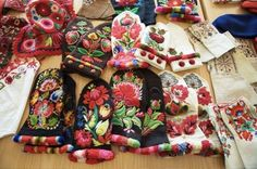 Hungarian Embroidery Now here is a terrific winter project - Hungarian embroidered mittens. Embroidery Stitches, Embroidery Patterns, Hand Embroidery, Scandinavian Embroidery, Folk Clothing, Hungarian Embroidery, Textiles, Wrist Warmers, Embroidery Fashion