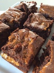 Himmelske kager: Brownie med saltet caramel (Recipe in Danish) Baking Recipes, Cake Recipes, Snack Recipes, Dessert Recipes, Caramel Recipes, Chocolate Recipes, Sweets Cake, Cupcake Cakes, Delicious Desserts