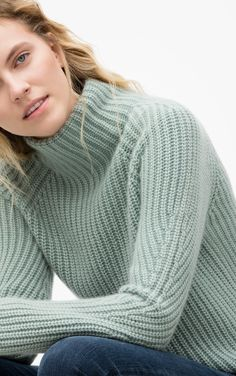 Der Patentstrick und die legere Passform machen diesen zeitlosen Rollkragenpullover aus Cashmere zu einem unverzichtbaren Begleiter. Die Raglan Ärmel, die Minderungen und Schlitze an den Seiten, verleihen dem Pullover einen besonderen...