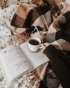 perfect picture of hygge. cozy books and coffee Book And Coffee, Coffee Cup, Coffee In Bed, Coffee Logo, Hot Coffee, Fall Inspiration, Motivation Inspiration, Diy Vintage, Brown Aesthetic