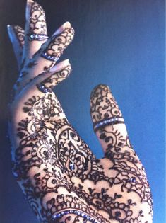 Love the elegance of this picture and the henna design