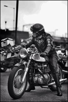 Rocker Enfield Motorcycle, Cafe Racer Motorcycle, Motorcycle Art, Chopper, Triumph Motor, Motorbike Design, Cafe Racer Style, Honda, Old Bikes