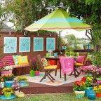 Deck de madera, sombrillas y almohadones en colores vivos