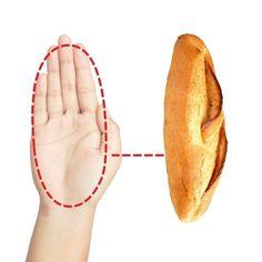 Voici une astuce pour maigrir que vous devez connaître si vous faites un régime. Si vous essayez de perdre du poids ? Voici une méthode géniale et ultra facile pour calculer les bonnes portions alimentaires à chaque coup. Grâce à cette astuce, fini de mesurer tous vos ingrédients avec une balance de cuisine ou un verre-mesure. Vous calculez toutes vos portions de nourriture en utilisant uniquement vos doigts, vos pouces et la paume de votre main. Regardez : Healthy Life, Nutrition, Voici, Hui, Simple, Losing Weight Tips, Food Portions, Kitchen Stuff, Healthy Living