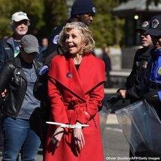 'Grace and Frankie' stars Jane Fonda and Sam Waterston arrested in D. during climate change protest Sam Waterston, Elizabeth Warren, The White Company, Jane Fonda, Old Actress, Golden Age Of Hollywood, Abc News, Cool Photos, Amazing Photos