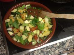 Squqs, kartofler, hvidløg, bønner, rød peberfrugt, tomater , basillikum. Det vi lige havde på frys og i køleskabet. Lidt olie over og ind i ovnen 200° 30 min. Inden servering drysses pinjekerner og frisk ost på.