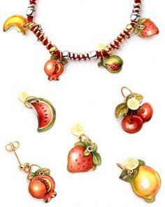 http://www.parentesirosa.it/articolo.asp?id=712&Tutti-frutti:-gioielli-e-accessori-per-l'estate