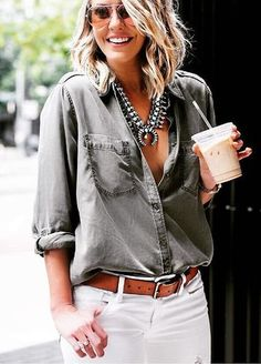 You can never go wrong with a pair of white jeans. Just add a casual shirt & a statement necklace - Casual Chic Mode Outfits, Jean Outfits, Casual Outfits, Fashion Outfits, Womens Fashion, Fashion 2018, Casual Hair, Party Outfits, Runway Fashion