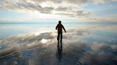 雨季になると湖面に水が溜まり「鏡」となって空を映し、「天国のような」景観を生み出すボリビアのウユニ塩湖。その光景に魂レベルで揺さぶられた。