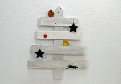 Tannenbaum aus Altholz Weihnachtsdeko Wand weiss von SchlueterKunstundDesign - Wohnzubehör, Unikate, Treibholzobjekte, Modeschmuck aus Treibholz auf DaWanda.com