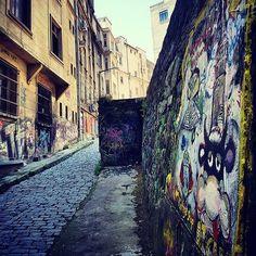 #istanbul #turkey #turkiye #instaturkey #turkishfollowers #cntravellertr #fotozamani #aniyakala #beautifuldestinations #passionpassport #guardiantravelsnaps #instagram #igworldclub #theworldshotz #photooftheday #natgeotravel #city #travel #light #streetart #streetphotography #streetart #grafitti by @ozlenentoptas