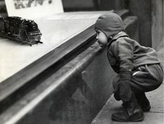 Bourke-White, Margaret (1904-1971) - 1934 Child Admiring the Toys in Higbee's Window Display, Downtown Cleveland