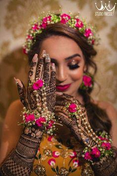 Bridal Poses, Bridal Photoshoot, Indian Wedding Photography Poses, Photography Tips, Mehendi Photography, Flower Jewellery For Mehndi, Flower Jewelry, Diamond Jewellery, Estilo India