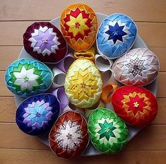 nice Easter to all . Ornament Crafts, Handmade Ornaments, Easter Projects, Easter Crafts, Quilted Christmas Ornaments, Christmas Crafts, Quilling, Folded Fabric Ornaments, Easter Fabric