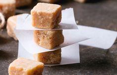 Fudge + juleskum = världens roligaste och snabbaste julgodis. Följ vårt recept och njut av en riktigt söt fudge som passar perfekt på julens gottebord.
