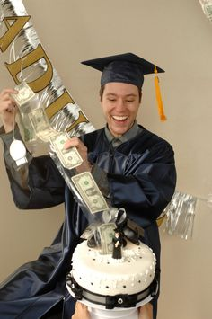 Graduation surprises with money! Candy Birthday Cards, Money Birthday Cake, Money Cake, Birthday Cakes For Men, Birthday Ideas, Cake Kit, Surprise Cake, Food Garnishes, Party Cakes
