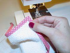 DIY spuugdoekjes | Tutorial: hoeken afwerken met biasband – Maak Het Met Rachel Diys, Sewing, Jade, December, Dressmaking, Hipster Stuff, Bricolage, Couture, Stitching