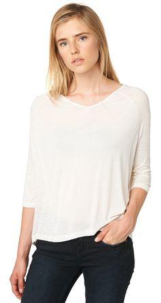 lockeres T-Shirt für Frauen (unifarben, 3/4-Arm mit V-Ausschnitt) aus Jersey, leichte Melange-Optik, mit Viskose-Einsätzen vorne und hinten, dezente Logo-Stickerei vorne. Material: 100 % Viskose...
