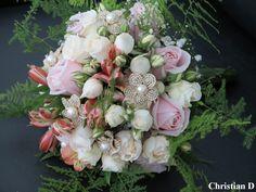 Buquê em Compose de Flores e Acessórios