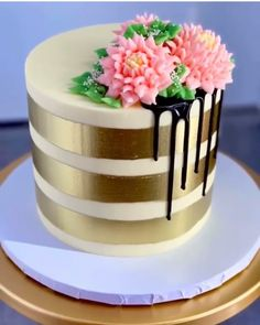 cake decorating 357825132898096898 - This Gold Stripes w/ Black Drips Cake🎂 looks amazing! This cake would be perfect at any party! Try making it with our Gold Luster Dust. We have many different shades of GOLD! 📹: Source by bakell_baking Pretty Cakes, Beautiful Cakes, Amazing Cakes, Cake Decorating Videos, Cake Decorating Techniques, Cake Decorating Frosting, Birthday Cake Decorating, Bolos Naked Cake, Cupcake Cakes