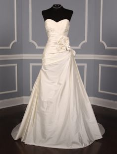 This Lea-Ann Belter Kenzie wedding dress is a classic and timeless style! The gown is Brand New and made from luxurious 100% silk dupioni. Now up to 90% Off Retail! #lea-annbelter