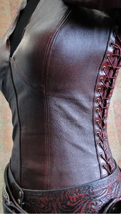 You don't see a lot of tailored leather garments in reenactment/larp these days… Steampunk Accessoires, Mode Steampunk, Steampunk Fashion, Larp Fashion, Gothic Fashion, Leather Armor, Leather Corset, Tooled Leather, Leather Vest