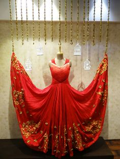 57 ideas clothes design store boutiques visual merchandising for 2019 Clothing Boutique Interior, Boutique Interior Design, Boutique Decor, Bridal Boutique, Clothing Store Displays, Clothing Store Design, Outfit Essentials, Visual Merchandising, Boutique Window Displays