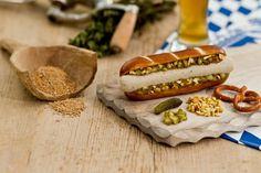 Weißwurst mal anders: Den BavariaDog gibts in der Laugenstange, ohne Haut und auf Wunsch mit Gurkenrelish oder Meerrettich. Foto: ho