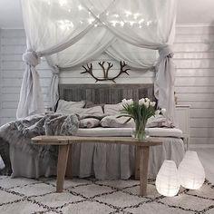 [gäsp] trött... hade gärna legat kvar under täcket en stund till, men nu har jag snoozat i en halvtimme så det är bara bita i det sura och trippa upp! ! • • • #sovrum #sovrumsinspo #ljusslinga #housedoctor #lantern #elloshome #interior4you #dream_interiors #roomforinspo #greyinterior_ #asafotoninspo #interior123 #interior4all #interiorwarrior #interior4you1 #interiørmagasinet #interiørmagasinet_januar #vakrehjemoginteriør #passion4interior #mynordicroom #nordicdesign