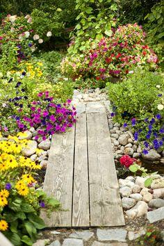 木の板と大きめの石でアプローチを造ってみてもいいかも。小道を造るだけでわくわくするようなお庭の出来上がりです。
