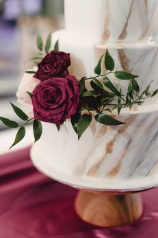Gold and silver marbled wedding cake with burgundy flowers - Madiow Photography Blush Wedding Cakes, Burgundy Wedding Cake, Small Wedding Cakes, Wedding Cakes With Flowers, Wedding Cake Designs, Wedding Ideas, Wedding Decorations, Cake Flowers, Diy Wedding