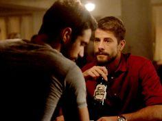 Lucas (Jesús Castro) y Salva (Luis Fernandez tomando una Cerveza El Cabo en Mar de Plástico (Antena 3).